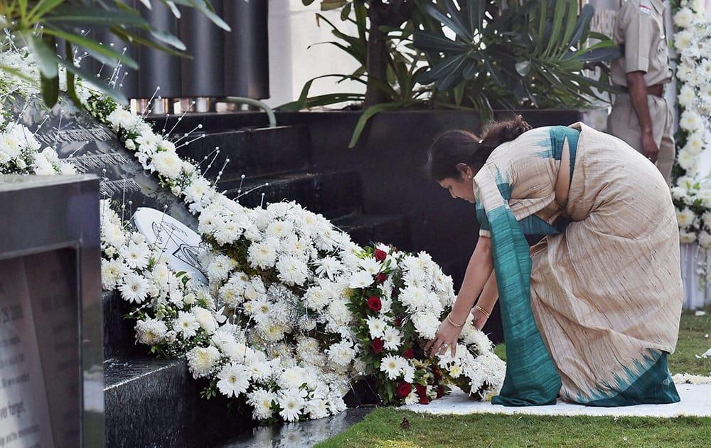 Slain encounter specialist Vijay Salaskars wife, Smita Salaskar, pays tributes to the victims of 26/11 Mumbai terror attacks on the sixth anniversary of the gruesome incident.