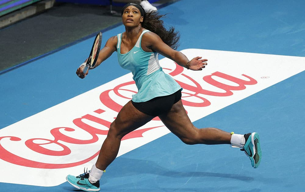 SINGAPORE SLAMMERS SERENA WILLIAMS IN ACTION AGAINST MANILA MAVERICKS KIRSTEN FLIPKENS DURING THEIR WOMENS SINGLES MATCH AT THE IPTL (INTERNATIONAL PREMIER TENNIS LEAGUE) AT THE MALL OF ASIA ARENA IN SUBURBAN PASAY CITY, SOUTH OF MANILA, PHILIPPINES.