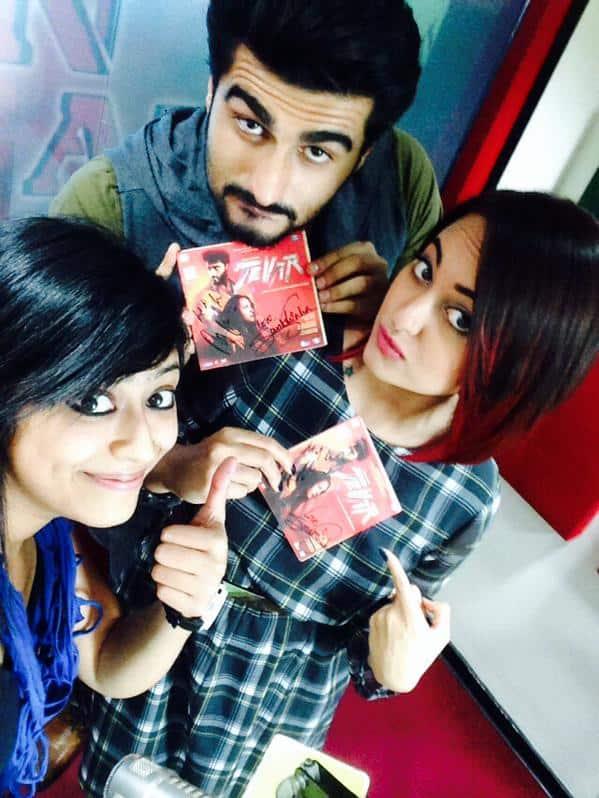 sonakshi sinha :- #MirchiSelfieQueen @Sangsterr de Rahi hai #Tevar ki cd's autographed by @arjunk26 & @sonakshisinha. Tune in NOW!! -twitter