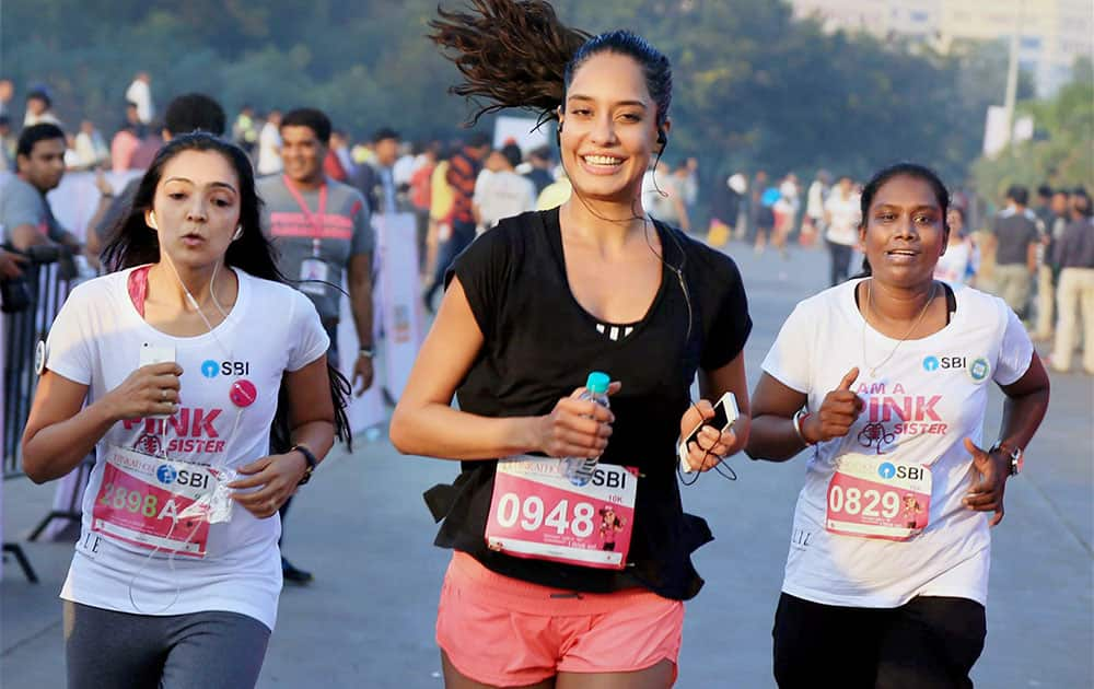 Bollywood Actress Lisa Haydon participate in a Marathon to create awareness about breast cancer in Mumbai.
