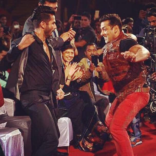 shahidkapoor :- How about that for a fun day at work . Win an award anddddd dance with BHAI . Amaze - Instagram
