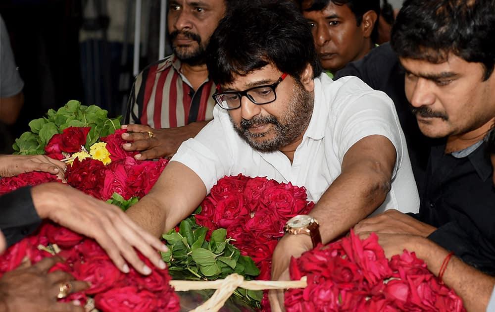 Actor Vivek pays his last respects at the funeral of Dadasaheb Phalke Award winner and veteran film director K Balachander, at his residence in Chennai.