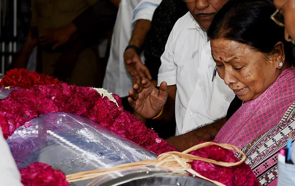 Veteran Actress Manorama pay her last respects at the funeral of Dadasaheb Phalke Award winner and veteran film director K Balachander, at his residence in Chennai.