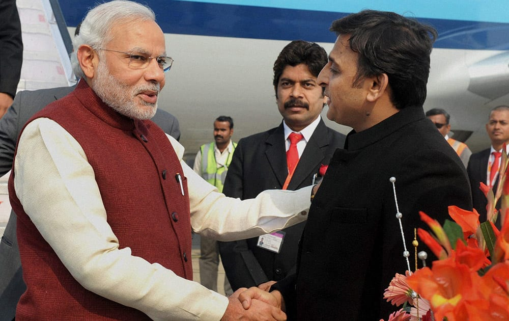 Prime Minister Narendra Modi being received by the Chief Minister of Uttar Pradesh Akhilesh Yadav, on his arrival at Varanasi airport.