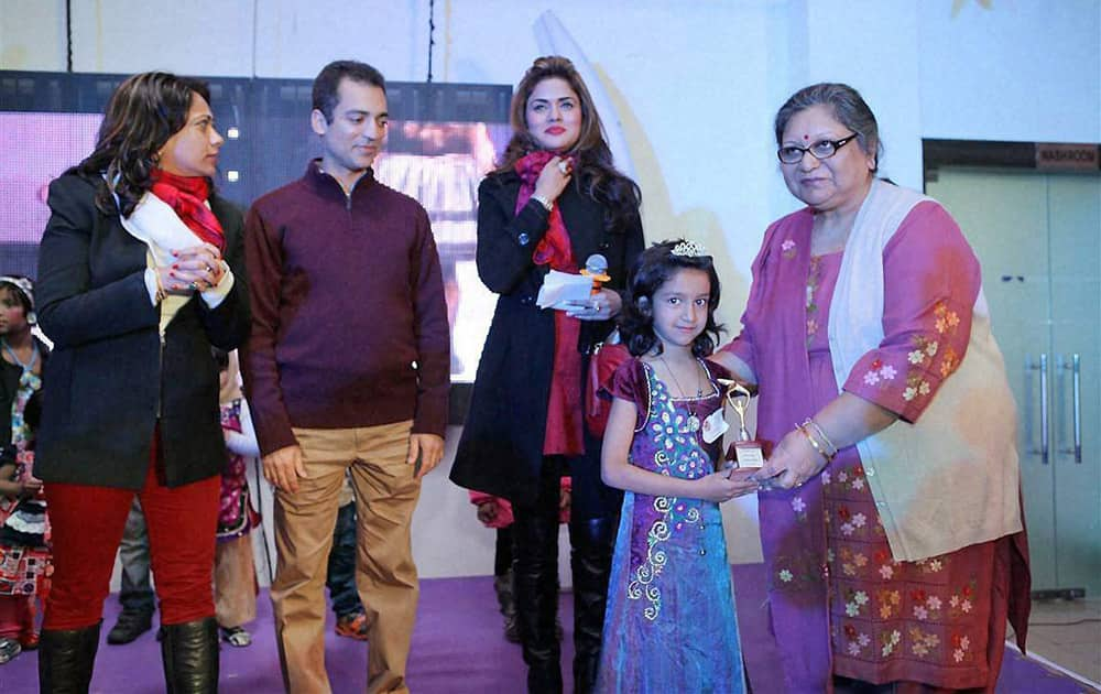 Sangeeta Jaitley, wife of Finance Minister Arun Jaitley distributing prize to winners during a Christmas party at Kids Kraze.