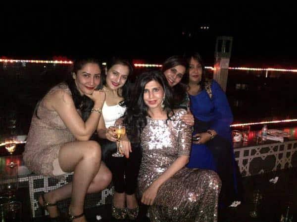 ameesha patel :- Girl gang at sanjay dutts home   - Twitter