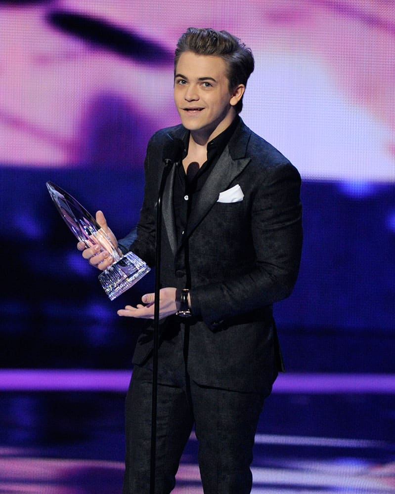 Hunter Hayes accepts the award for favorite male country artist at the People's Choice Awards at the Nokia Theatre.