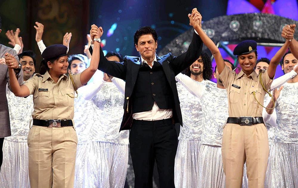 Bollywood actor Shah Rukh Khan with police women perform during the Umang Mumbai Police Show 2015 in Mumbai.