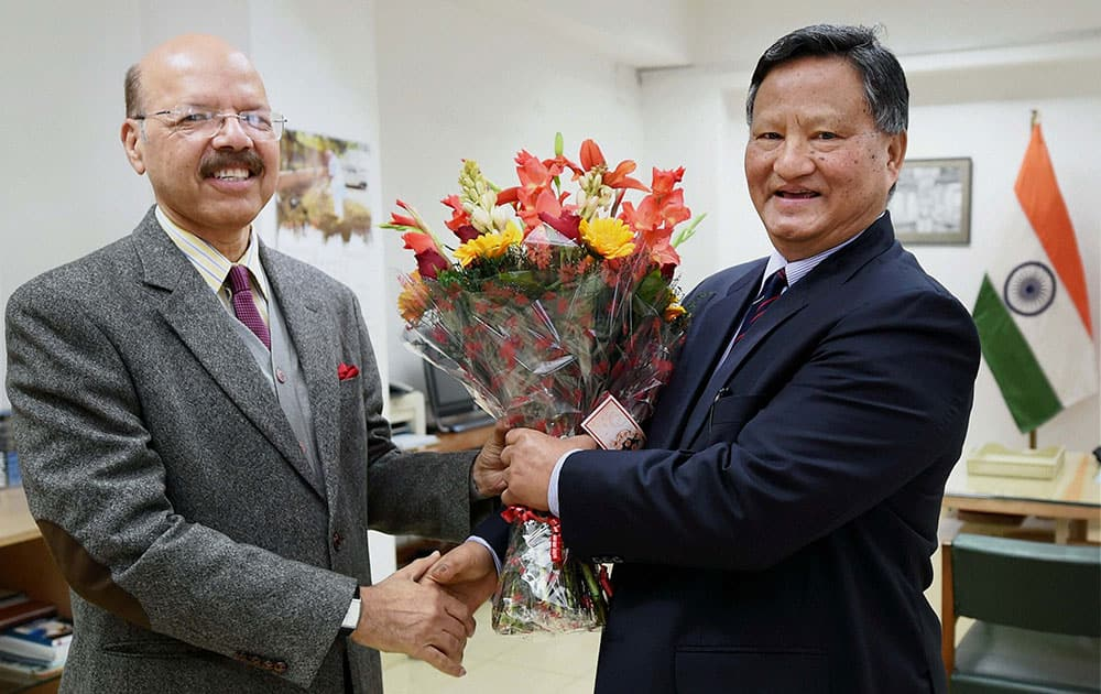 Election Commissioner S N A Zaidi presents a bouquet to Hari Shankar Brahma to welcome him as the new Chief Election Commissioner.