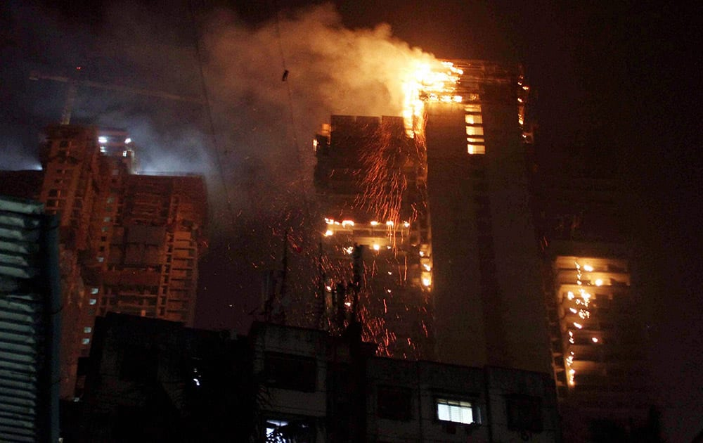 A major fire broke out at a 42-storeyed building which is under construction at Malad (East), in Mumbai.