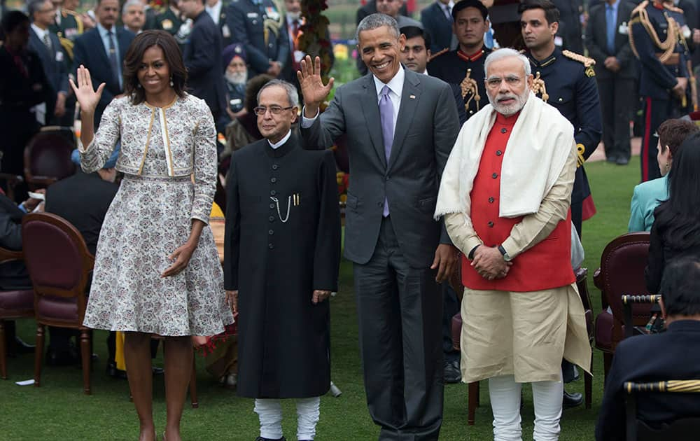 US President Barack Obama and first lady Michelle Obama, wave as they pose with Prime Minister Narendra Modi and President Pranab Mukherjee for photographers during a reception in the Mughal Gardens at the Rashtrapati Bhavan presidential palace in New Delhi.