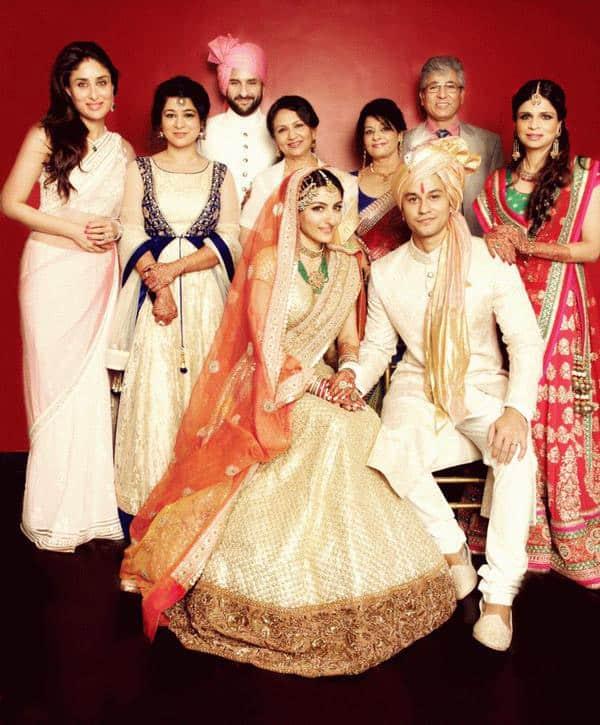Kareena Kapoor Khan : Photo: New, Here is the Family Potrait of Soha - Kunal Wedding - twitter