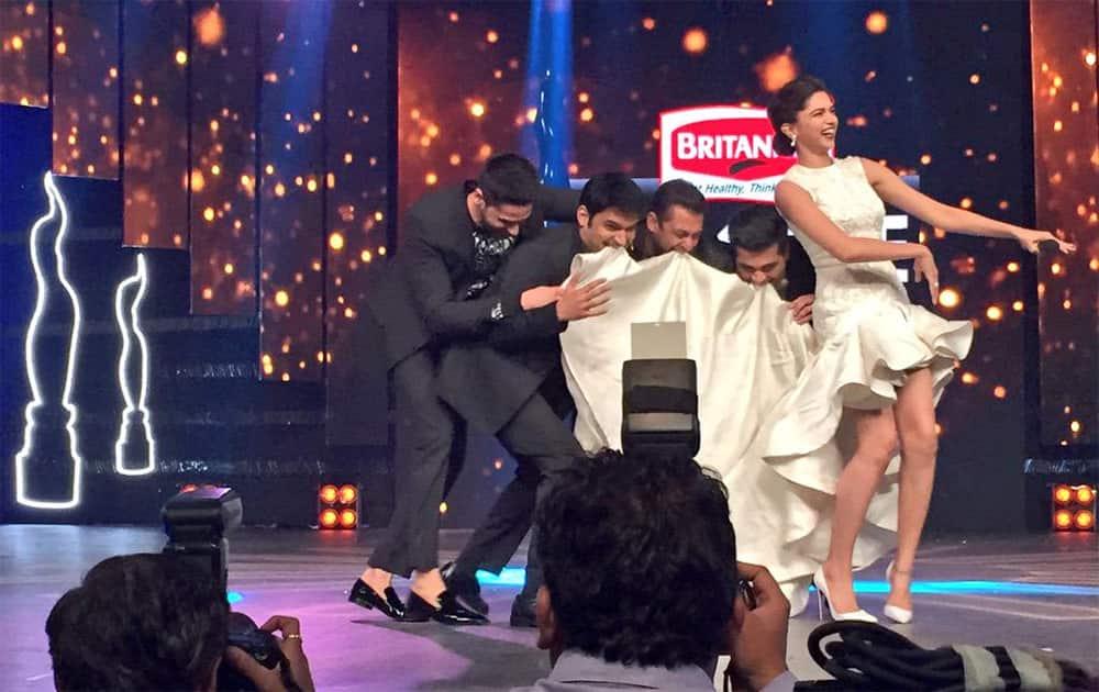 Pic taken by me Hilarious! #BritanniaFilmfareAwards @BeingSalmanKhan @KapilSharmaK9 @karanjohar @deepikapadukone Sid - twitter @Sophie_Choudry