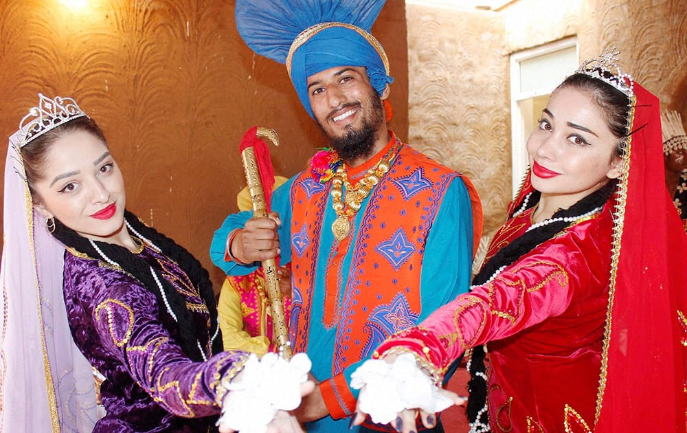 Foreign artists with a folk artist at the International Crafts Mela in Surajkund, Haryana.