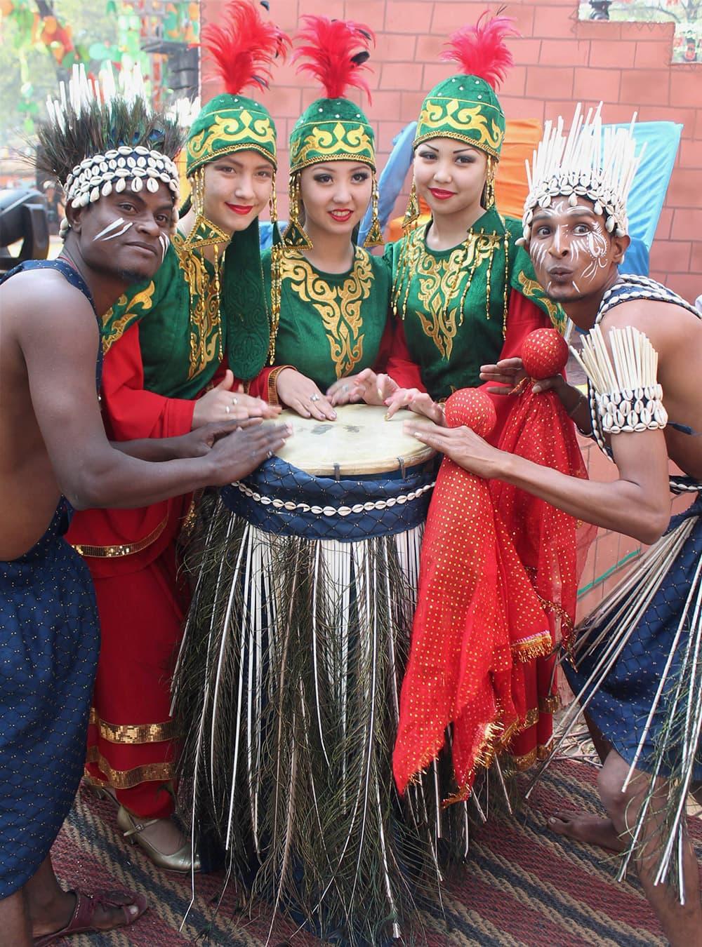 Folk artists at the Surajkund International Crafts Mela in Faridabad, Haryana.