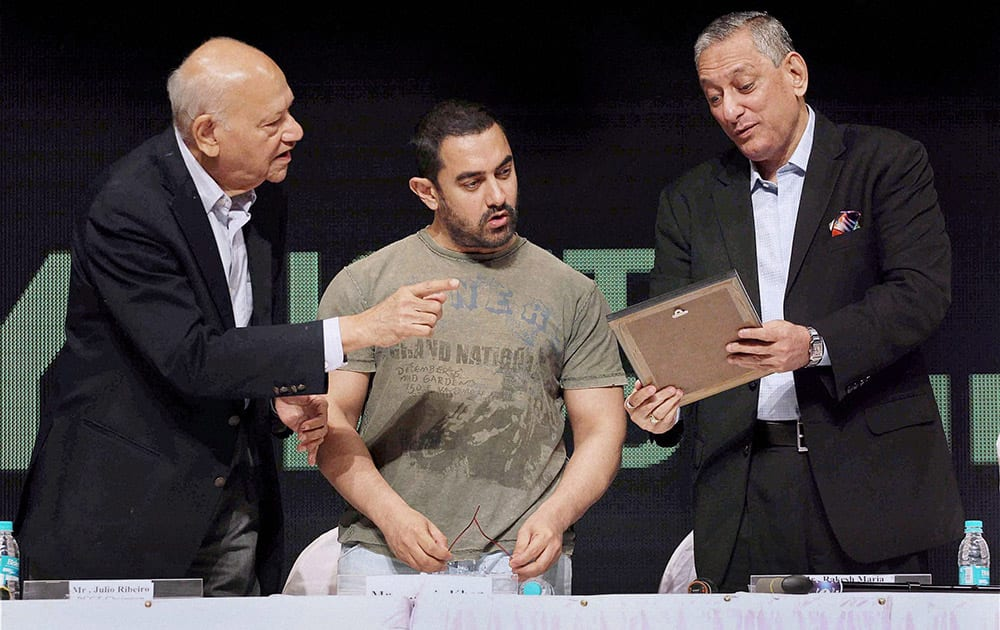 Rakesh Maria, Mumbai Police Commissioner, Bollywood actor Aamir Khan and Former Mumbai Police Commissioner Julio Rebeiro during the Youth for Governance 2015 (YFG) in Mumbai.