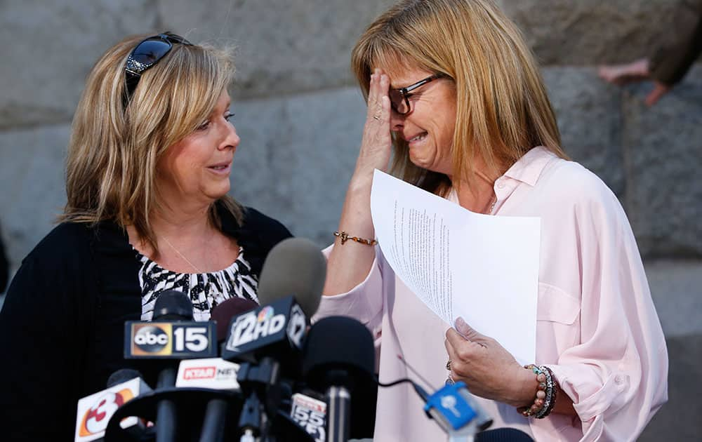Terri Crippes, left, and Lori Lyon, maternal aunts of Kayla Mueller, speak at a press conference in Prescott, Ariz.  Mueller, a 26-year-old American woman held by Islamic State militants, has been confirmed dead, her parents and the Obama administration said Tuesday.