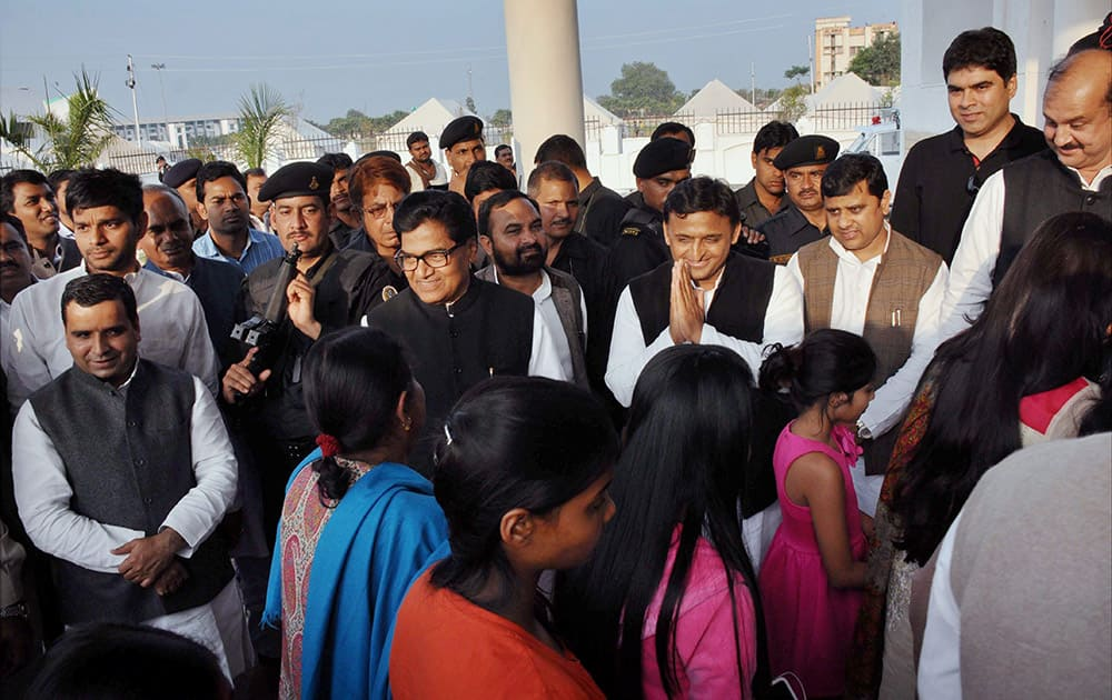 UP Chief Minister Akhilesh Yadav, Ramgopal Yadav and other Samajwadi Party leaders welcome the guests in Saifai.