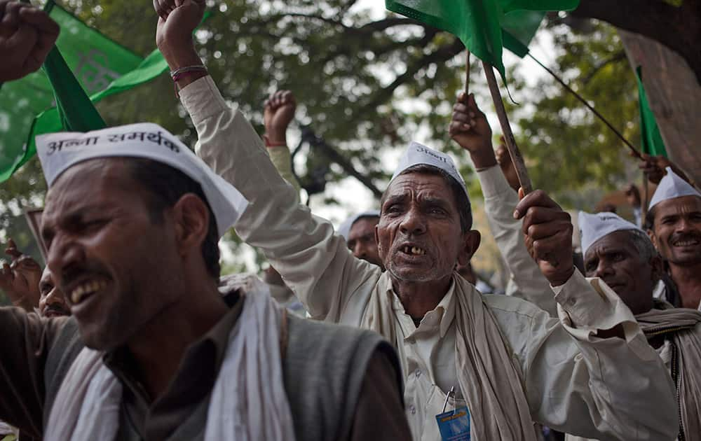 Farmers shout slogans against the government's proposed move to ease rules for acquiring land to facilitate infrastructure projects in New Delhi.
