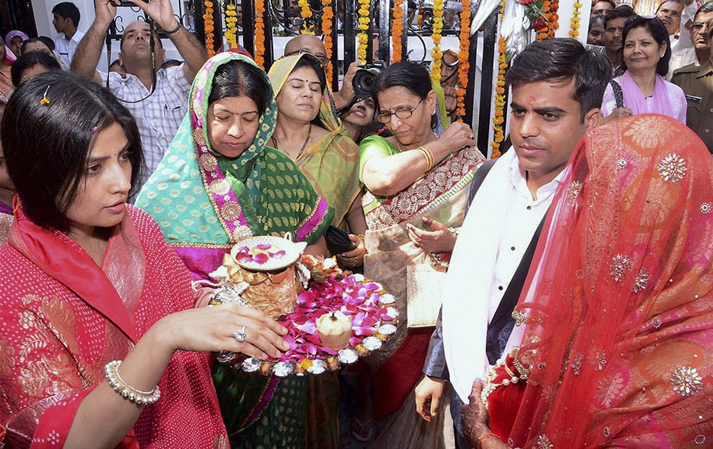 Newly married Tej Pratap Singh Yadav, grand-nephew of Mulayam Singh Yadav and Raj Laxmi, daughter of Lalu Prasad, being welcomed by Dimple and other family members on their arrival in Saifai.
