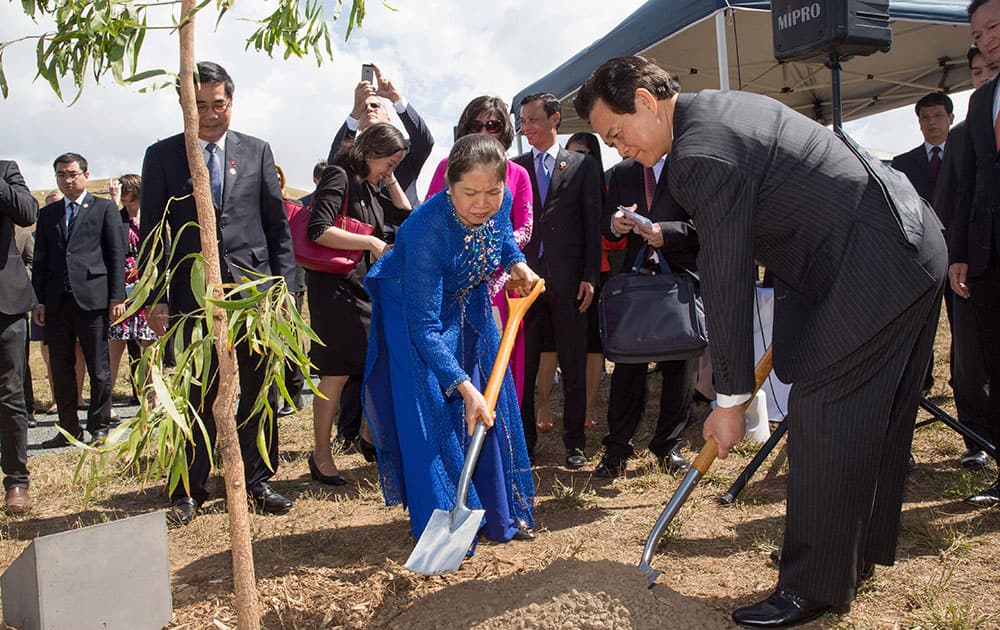 Vietnamese Prime Minister Nguyen Tan Dung and his wife Tran Thanh Kiem plant a tree at the National Arboretum in Canberra, Australia.