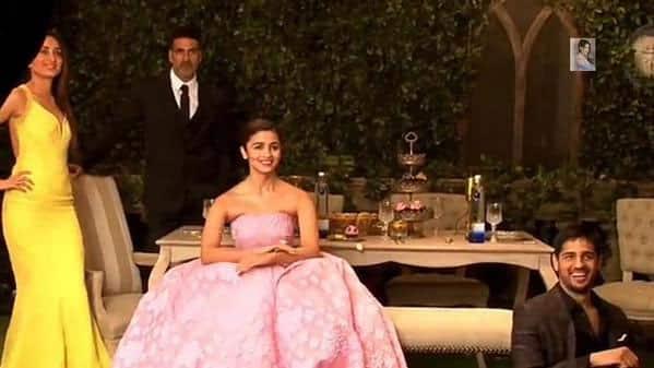 Kareena Kapoor Khan :-  Kareena posed with Akshay Kumar, Alia Bhatt, Siddharth Malhotra for Filmfare Glamour&Style Awards. -twitter