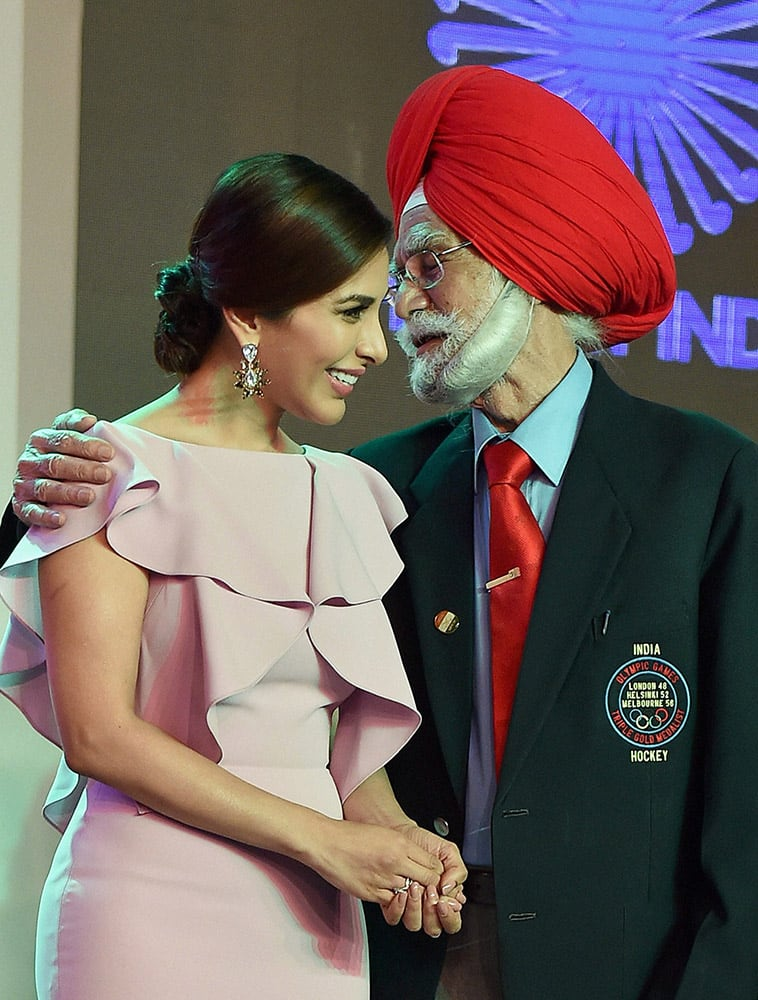 Actress Sophie Choudhary and hockey legend Balbir Singh Senior who was honoured with Lifetime Achievement Award at the Hockey India Awards in New Delhi.