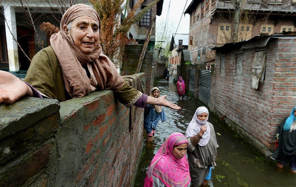 Woman crying for help at flood-hit Rainawari area of Srinagar.