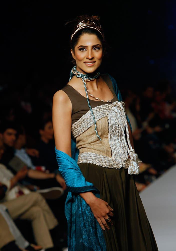 A model presents creations by Pakistani designer Sonya Battla at Pakistan Fashion Week 2015.