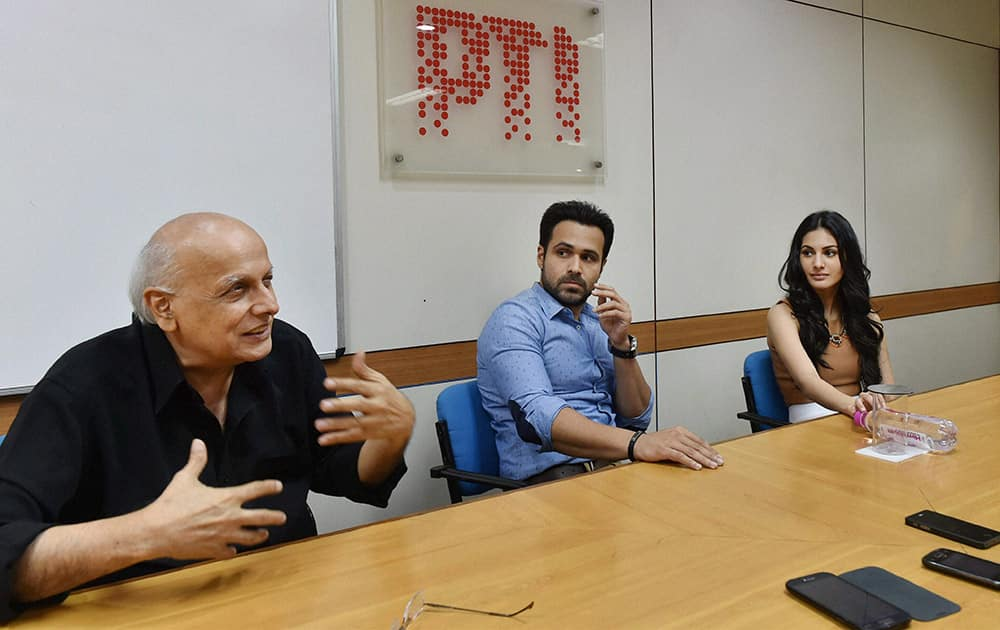 Filmmaker Mahesh Bhatt and actors Emraan Hashmi and Amyra Dastur during an interaction with journalists in New Delhi .