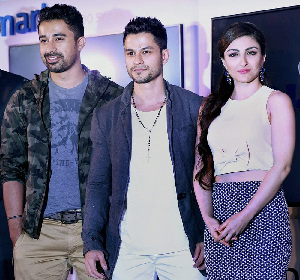 Rannvijay Singh, Kunal Khemmu and his wife Soha Ali Khan during the launch of latest Philips LED.