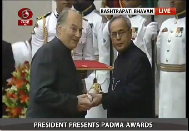 Civil Investiture ceremony : @RashtrapatiBhvn gives #PadmaVibhushan to Karim Aga Khan | #PadmaAwards - twitter@DDNewsLive