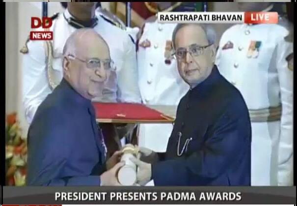 Civil Investiture ceremony : @RashtrapatiBhvn presents #PadmaBhushan award to Dr Subhash C Kashyap - twitter@DDNewsLive