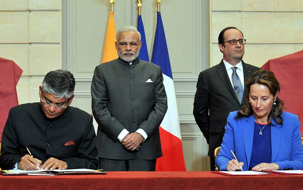Prime Minister Narendra Modi and French President Francois Hollande witnessing the signing of Indo -France signing agreements at the Elysee palace in Paris.