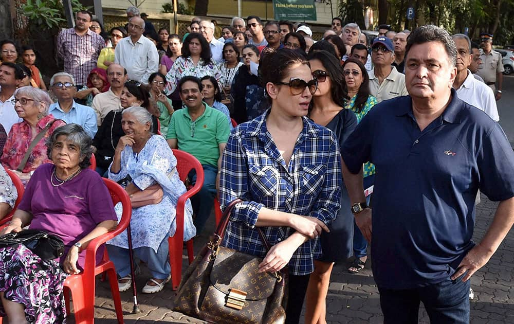 Actors Rishi Kapoor Neelam Kothari and Pali Hill residents protest against civic bodys proposed hawking zones in Mumbai.