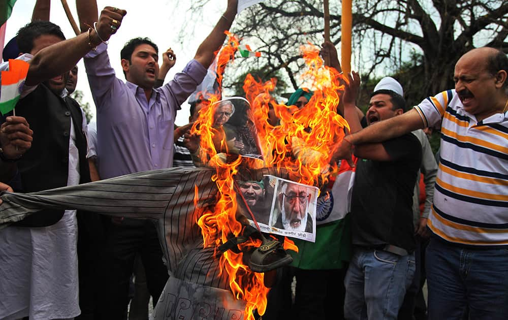 Hindu right-wing activists prepare to burn an effigy of an effigy with pictures of Jammu and Kashmir Chief Minister Mufti Mohammed Sayeed.