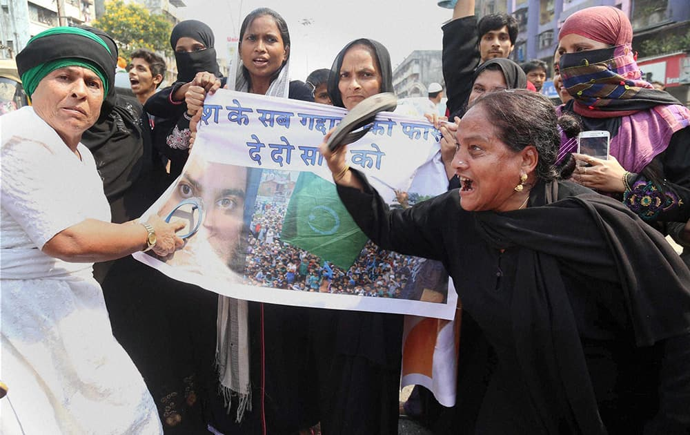 Muslim community women protest against separatist leader Masarat Alam in Mumbai, Thane.