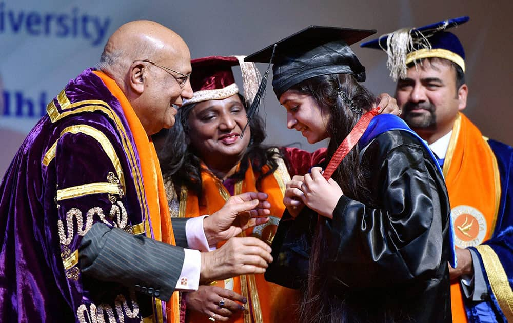 NRI industrialist Lord Swraj Paul presents medal to a student at the 1st Convocation of the Apeejay Stya University.
