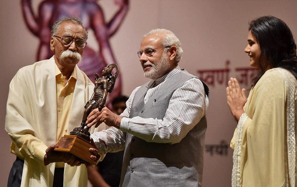 Prime Minister Narendra Modi presents Golden Jubilee Jnanpith Award to Bhalchandra Nemade at Balyogi auditorium at Parliament House in New Delhi.