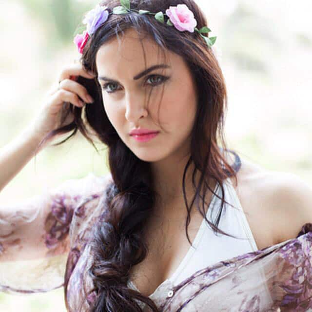 Elli Avram :- What's the mood? One of my favourite pictures captured a year back by Fotographer @ToranjKayvon -twitter