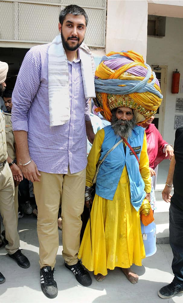 NBA player of Indian descent Sim Bhullar with a Nihang at Golden Temple in Amritsar.