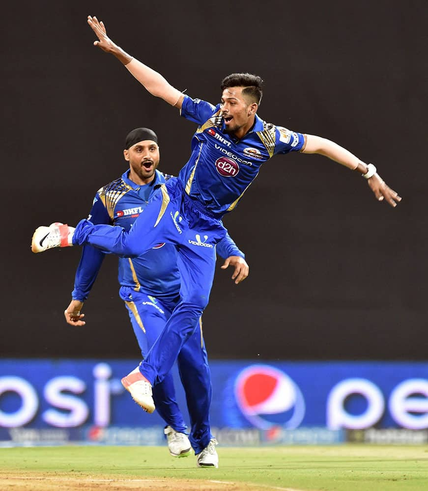 MUMBAI INDIANS BOWLER HARDIK PANDYA CELEBRATES THE WICKET OF DELHI DAREDEVILS BATSMAN MATHEWS DURING A IPL T20 MATCH PLAYED IN MUMBAI.