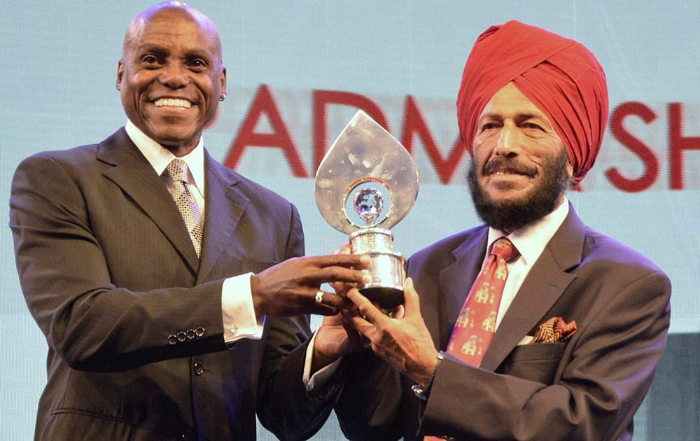 Milkha Singh receives the Lifetime Achievement Award from Sprint legend Carl Lewis at TOISA Sports Awards function in Gurgaon.