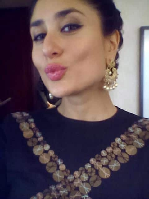 Exclusive Selfie clicking by  Kareena herself! - Twitter@KareenaUpdates