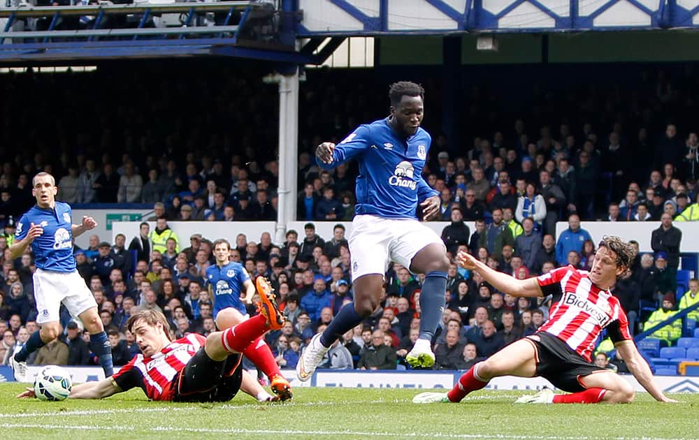 Sunderland's Sebastian Coates, left, and teammate Billy Jones, right, battle for the ball with Everton's Romelu Lukaku, centre, during the English Premier League match between Everton and Sunderland, at Goodison Park, in Liverpool, England.