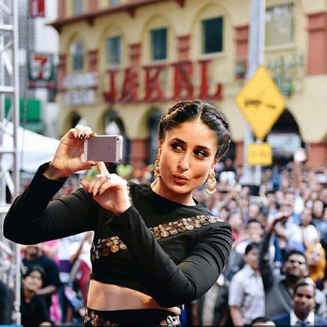 Kareena Kapoor Khan :- Don't we all love taking selfies? #Kareena -twitter