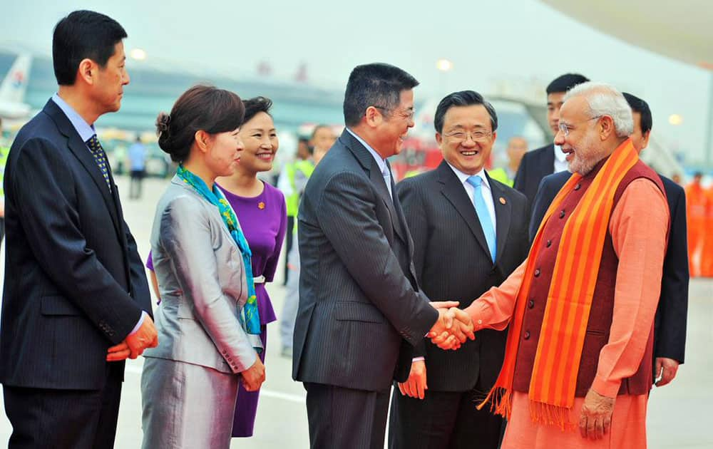 PM being received on arrival by Governor of Shaanxi Province Mr. Lou Qinjian at Xi'an Xiangyang International Airport. -twitter