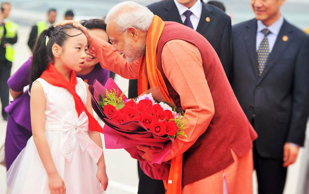 PM Shri @narendramodi being warmly welcomed  by a girl child on his arrival at Xi'an Xiangyang International Airport. -twitter