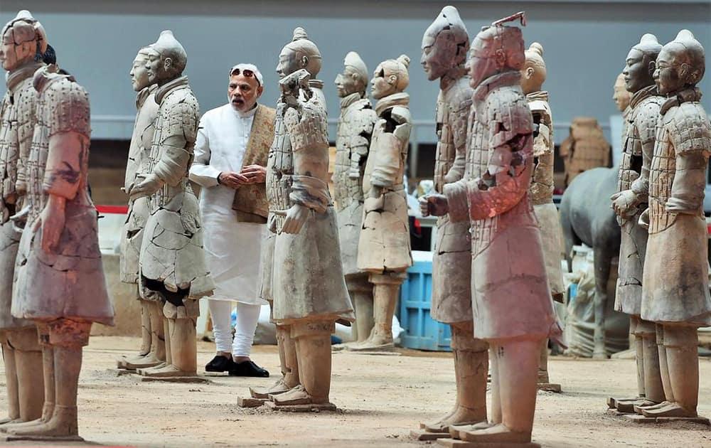 PM Shri @narendramodi observing the terracotta figurines at Terracotta Warriors Museum in Xi'an, Shaanxi, China. Twitter@PIB_India
