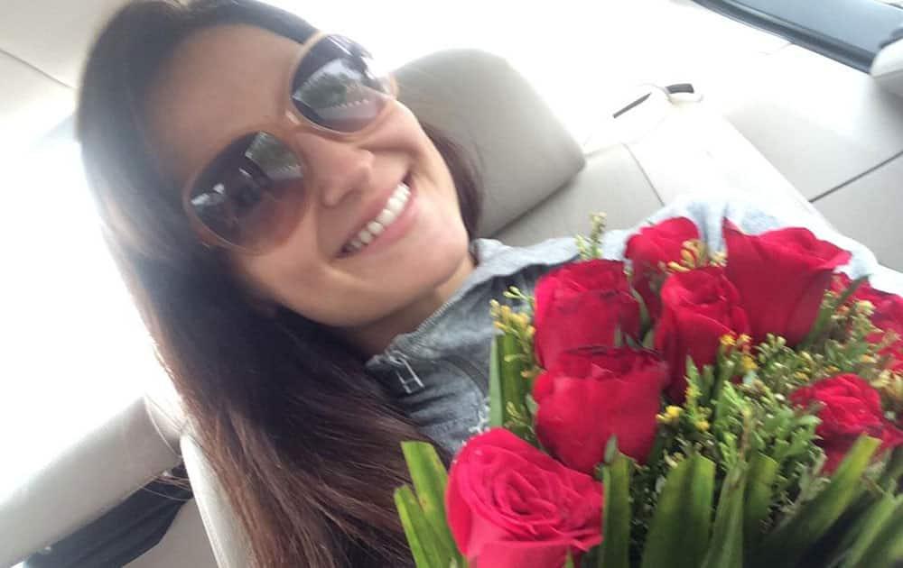 Elli Avram :- So sweet to get welcomed with roses love!!!! Thank uuu #Jaipurshow #woopwoop -twitter